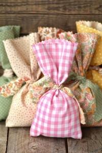 sabonete embalado com saco com estampas vintage, está super na moda e fica lindo para decoração e principalmente para o presente