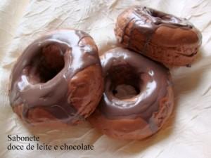 Sabonete em formato de rosquinha de chocolate