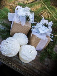 Sabonete em formato de pétalas com embalagem linda