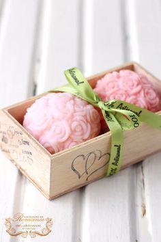 Olha que amor essa caixinha com sabonete moldado todo de mini rosas