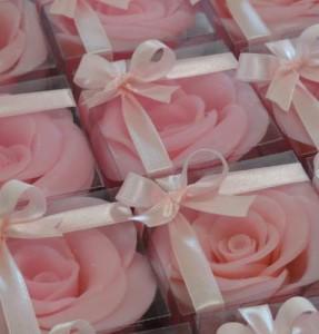 Sabonete em formato de pétalas de rosa, clássica para decorar os mais variados ambientes